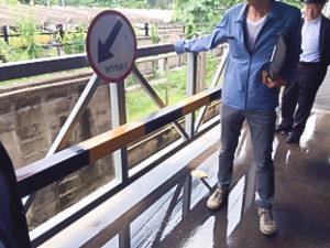 外側の鉄製柵で強度は十分であるが、施主からのリクエストで 内側に鉄製の軽量形鋼(黒黄のトラ模様部分)を追加補強