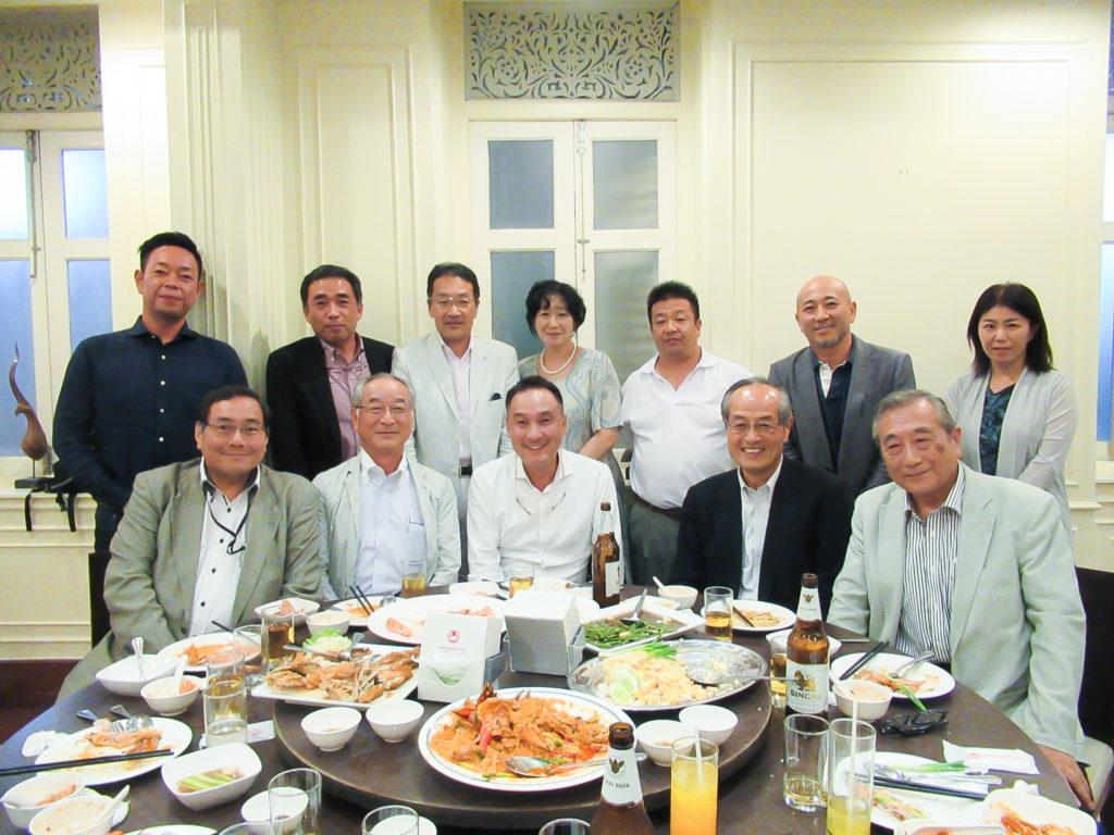 川村社長を囲んでの記念写真