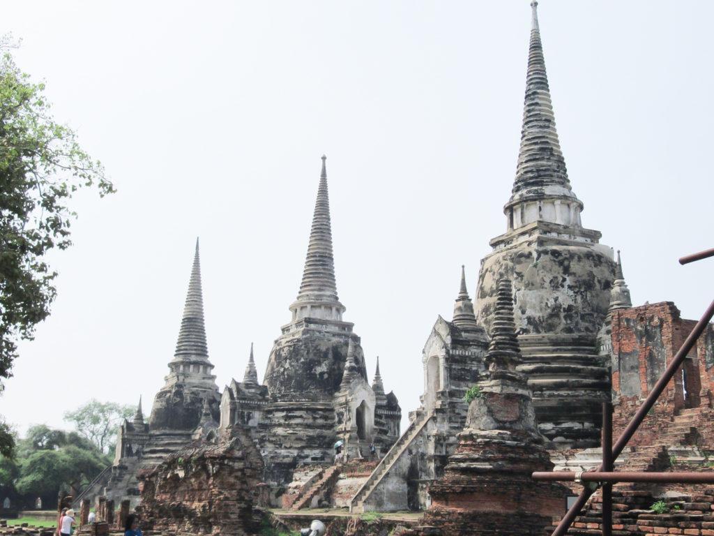 歴代の3人の王の遺骨を納めた スリランカ様式の3基の仏塔