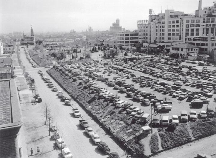 1958年(昭和33年)現在のエンゼルパーク駐車場北館の地上部と周辺道路の両側を埋め尽くす自動車