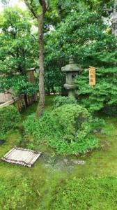 緑と調和が取れた石灯籠