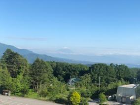 ホテルの部屋から遠くに富士山を望む