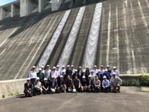 重量コンクリートダムの前で記念撮影 (2)